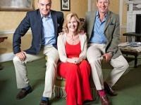 À direita, Lord Ivar Mountbatten com seu noive James Coyle e ex-esposa, Penny Mountbatten. (Daily Mail/Reprodução)