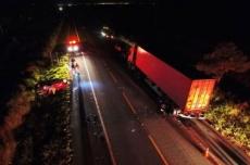 Homem morre após colidir veículo em carreta parada em rodovia