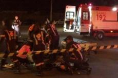 Motociclista morre e filho fica ferido após bater em caminhão