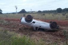 Motorista perde controle em curva, atravessa pista e capota na MS-080