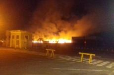 Queimada leva chamas em direção ao aeroporto e exige ação de bombeiros