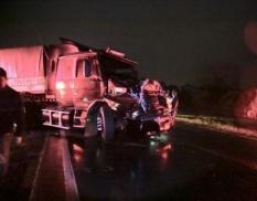Carreta bate em 3 veículos durante interdição após acidente com morte