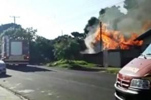 Incêndio de duas horas destrói residência em bairro de Naviraí