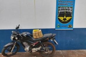 Jovem é preso na fronteira com tabletes de maconha em moto