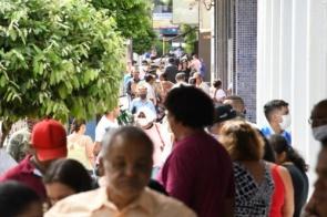 Na volta ao atendimento, populares formam filas longas em frente a agências bancárias