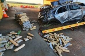Motorista perde controle de direção e capota carro lotado de drogas