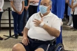 Após dias na UTI, paciente de coronavírus deixa hospital aplaudido em Dourados; veja vídeo
