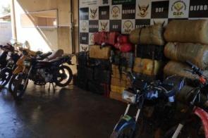 Grupo que transportava quase 1t de maconha abandona motos em vegetação e foge