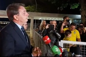 """""""E daí? Quer que eu faça o quê?"""", diz Bolsonaro sobre mortes por covid-19"""