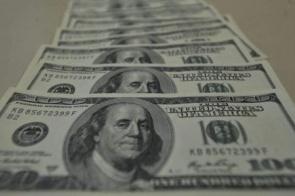 Alívio no mercado externo faz dólar cair para R$ 5,72