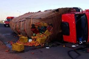 Caminhão tomba em rotatória e deixa tráfego lento na MS-276