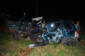Ao fazer conversão, carro colide em caminhão e motorista sofre ferimentos