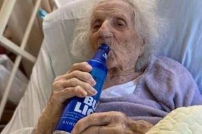 Idosa de 103 anos comemora cura da Covid-19 bebendo cerveja