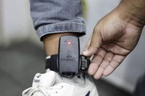 Homem quebra tornozeleira eletrônica para ser preso novamente e voltar para os braços do namorado na PED