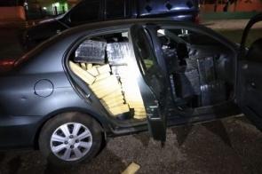Com pneu furado, motorista tenta fugir e carro é apreendido com mais de 800kg de maconha