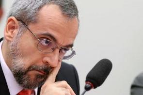 Ao lado de Bolsonaro, Weintraub anuncia que deixa Ministério da Educação
