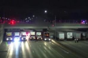 13 caminhoneiros se alinham debaixo de ponte para ajudar policiais impedirem um suicídio em estrada