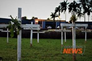 Cruzes são colocadas em frente à prefeitura para lembrar mortos pela Covid em Dourados