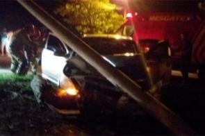 Motorista perde controle de direção de carro e derruba poste de iluminação