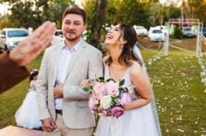 Inspirados em cinema, noivos casam no estilo drive-in