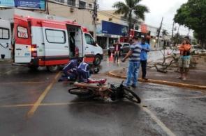 Jovem tem suspeita de fratura após colidir contra caminhão no centro de Dourados