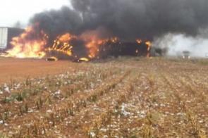 Carretas pegam fogo após colisão na MS-306