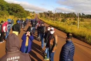 Funcionários de frigorífico fazem protesto na fronteira com o Paraguai
