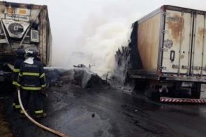 Ultrapassagem irregular teria causado colisão e incêndio em carretas deixando três mortes