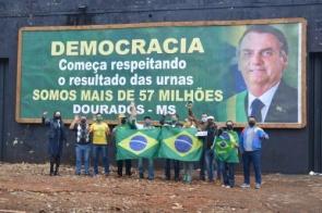 Apoiadores do Bolsonaro espalham outdoors por Dourados e pedem respeito a democracia
