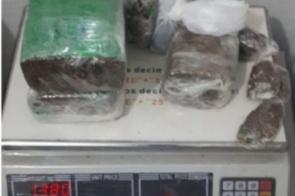 Jovem suspeito de homicídio é capturado em posse de mais de 1kg de maconha