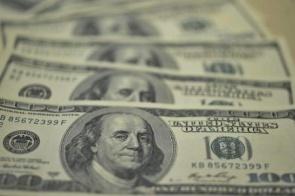 Dólar vai a R$ 5,68 com temor fiscal e fecha no maior nível desde 20 de maio