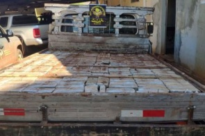 Mais de 400 quilos de maconha são apreendidos em pneus e fundo falso de camionete