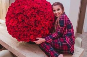 Maiara mostra buquê gigante, com 732 rosas, enviado por Fernando