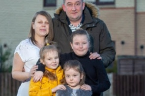 Mãe de três meninas engravida de gêmeos 5 anos após ter feito laqueadura: 'Fiquei em choque'