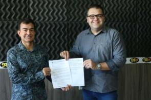 Marçal entrega sugestões para melhorias no estacionamento rotativo a Alan Guedes
