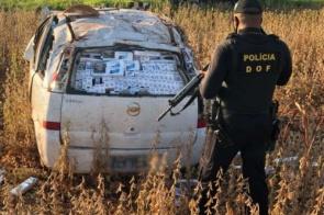 Condutor capota veículo em fuga e carga de cigarro avaliada em R$ 160 mil é apreendida