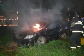 Veículo pega fogo ao colidir em coqueiro entre Dourados e Itaporã