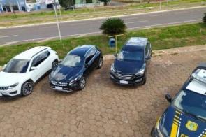 Três veículos roubados são recuperados em caminhão cegonha
