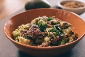 Aprenda a fazer essa salada de couve-flor e abacate