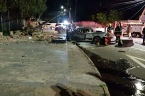 Casal morre após motorista perder controle de direção e bater contra poste