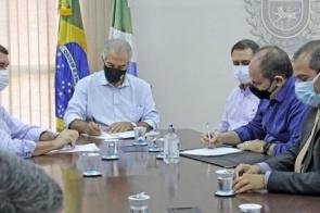 Reinaldo Azambuja firma convênio com universidades para abrir 250 vagas de estágio no governo