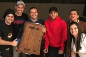 Moisés recebe Neymar e L. Lima para pôquer e é criticado por torcedores