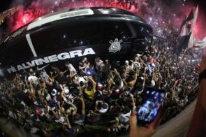 Multidão no ônibus e no gramado: 37 mil veem treino do Corinthians na Arena