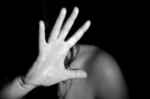 Mulher se nega a fazer sexo com namorado e acaba agredida com capacete
