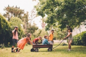 Como usar brincadeiras para ensinar habilidades essenciais a crianças, segundo Harvard
