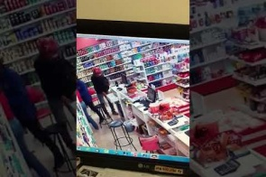 Vídeo mostra momento em que bandidos armados assaltam Farmácia em Itaporã