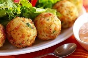 Sobrou arroz? Prepare estes deliciosos bolinhos fritos com ricota e tomate seco