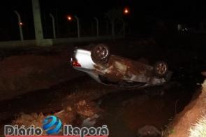 Motorista perde o controle e carro cai dentro de córrego no Bairro Lagoa em Itaporã