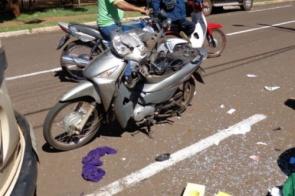 Motociclista é atropelada e vai parar embaixo de carro estacionado