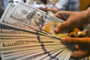 Dólar cai e fecha abaixo de R$ 3,70 após BC aumentar intervenção